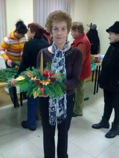 Pani Mária Majerníková so svojou ikebanou,ktorá bude zdobiť jej vianočný stôl